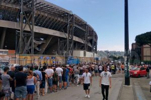 Napoli, torna l'amore dei tifosi: 15 mila biglietti venduti in un giorno per la Roma
