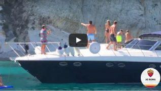 Totti dà spettacolo anche a mare, il passaggio da barca a barca è spettacolare [VIDEO]