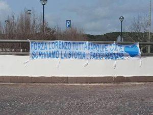 """FOTO - Meraviglioso striscione a Castel Volturno per Insigne: """"Forza Lorenzo, tutta Napoli è conte"""""""