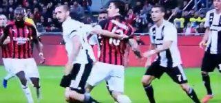 Clamoroso a San Siro: Chiellini butta giù Romagnoli in area, ma Mazzoleni fischia a favore della Juve! [VIDEO]